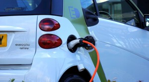 Elektromobilių įkrovimas nemokamas. Tačiau galbūt verta mokėti ir įsigyti nuosavą