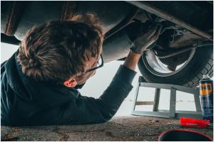Kiniški auto keltuvai – rizika serviso darbuotojui